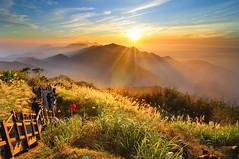 Đón bình minh trên đỉnh núi A Lý Sơn ( Đài Loan ) (quynhchi19102016) Tags: ve may bay gia re di dai loan