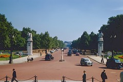 from the Queen's viewpoint (Riex) Tags: themall drive boulevard street rue allee avenue london londres town ville city england uk unitedkingdom angleterre grandebretagne greatbritain gb royaumeuni diapo slide film kodachrome 1958