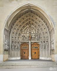 Entrée de la cathédrale St. Nicolas. (Philippe Bélaz) Tags: cathédrales arches architectures bois brun escaliers mur pavés portes sculptures statues église
