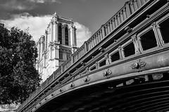 Vers le ciel (MF[FR]) Tags: samsung nx1 black white noir et blanc notre dame paris france ile de pont bridge au double nuage clouds tower tour