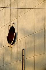 Géométrie dorée... (Tonton Gilles) Tags: heure dorée mur graphisme lignes cercle carrés grille barreaux