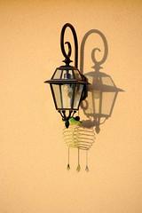 Réverbère en spirale... (Tonton Gilles) Tags: réverbère lampadaire lampe spirale vert ombre mur heure dorée graphisme