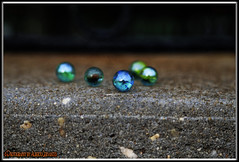EL JUEGO DE LAS BOLAS O CANICAS. THE GAME OF BALLS OR MARBLES. GUAYAQUIL - ECUADOR.. (ALBERTO CERVANTES PHOTOGRAPHY) Tags: marbles marble balls ball canicas canica play game macro closeup bokeh streetphotography photography photoart photoborder art creative luz light color colores colors brillo bright brightcolors retrato portrait indoor outdoor blur boladecristal crystalball cristal crystal juegosdecanicas marblesgame guayaquil ecuador ecuadorguayaquil guayaquilecuador guayas gye ecuadorgye gyeecuador republicadelecuador focusmode mododeenfoque focus mode focuspoint puntodeenfoque point spolight resolution