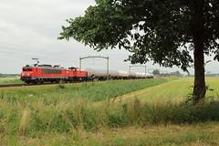 DBC 1616 + 6424 met trein 61071 (kevinpiket) Tags: dbcargo dbc db 1600 1616 elok elektrischelocomotief locomotief locomotieven diesellocomotief dieselloc mak 6400 6424 ns nederlandsespoorwegen alstom goederentrein goederenvervoer goederenvervoerder goederenwagens goederenlocomotief gasketelwagens ketelwagens eisenbahn zuge zug guterzuge spoorlijn trein boom weiland train freighttrain zevenbergen brabant nederland netherlands niederlande canon 80d