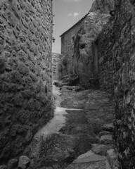 Streets of Monsanto (lebre.jaime) Tags: portugal beira monsanto architecture analogic mediumformat mf film120 blackwhite bw noiretblanc pb pretobranco ptbw sw schwarzweis kodak tmax100 tmx hasselblad 500cm distagon cf4050fle epson v600 affinity affinityphoto iso100 street house wall stone