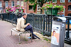 20190712-4771_Flickr (normandprimeau) Tags: humain human amsterdam netherlands hollande holland water eau canal maison home arbre tree vegetation végétation fenêtre window vélo bicycle pont bridge street rue parapluie umbrella bench banc thenetherlands