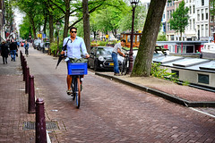 20190712-4739_Flickr (normandprimeau) Tags: humain human amsterdam netherlands hollande holland canal maison home arbre tree vegetation végétation vélo bicycle street rue parapluie umbrella thenetherlands