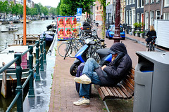 20190712-4727_Flickr (normandprimeau) Tags: humain human amsterdam netherlands hollande holland water eau canal boat bateau maison home arbre tree vegetation végétation vélo bicycle street rue sdf sansabri homeless bench banc thenetherlands