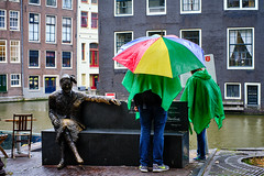 20190712-4697_Flickr (normandprimeau) Tags: humain human amsterdam netherlands hollande holland water eau canal maison home fenêtre window umbrella parapluie street rue statue bronze bench banc thenetherlands