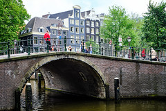 20190712-4677_Flickr (normandprimeau) Tags: humain human amsterdam netherlands hollande holland water eau canal maison home arbre tree vegetation végétation fenêtre window pont bridge street rue thenetherlands