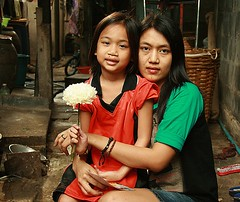 mother, daughter, flower (the foreign photographer - ฝรั่งถ่) Tags: mother daughter white flower khlong thanon portraits bangkhen bangkok thailand canon happyplanet asiafavorites