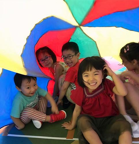 Parachute time! #parachutetime #kindergarten #preschool #daycare #colors #rainyday #fun #cutekids #tokyo