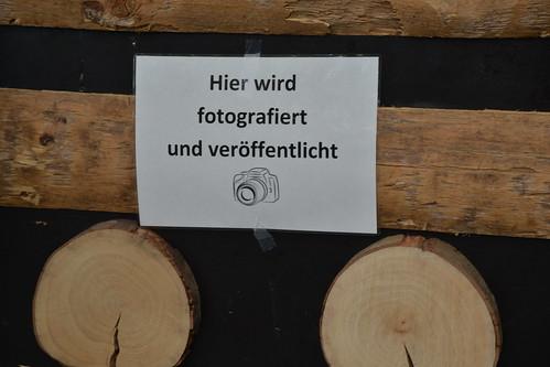 """Schild: """"Hier wird fotografiert und veröffentlicht"""""""