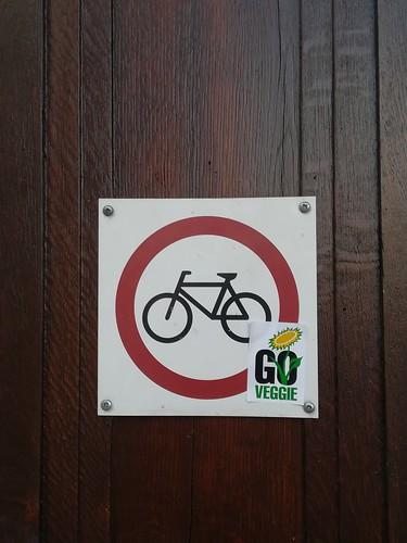 Schild: Go Veggie / Fahrräder verboten
