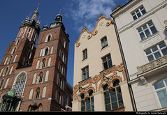 Rynek Glowny & St. Mary's Cathedral, Krakow, Poland (JH_1982) Tags: main square old town oldtown hauptmarkt plaza mercado place marché principal rynek glowny główny 中央集市广场 리네크 글루프니 главный рынок st marys basilica kościół wniebowzięcia najświętszej maryi panny marienbasilika basílica santa maría basilique saintemarie 圣母圣殿 聖マリア教会 성모 승천 교회 мариацкий костёл architecture architektur landmark building historic church religion kraków krakow krakau cracovie cracovia cracow 克拉科夫 クラクフ 크라쿠프 краков poland polen polska pologne polonia 波兰 ポーランド 폴란드