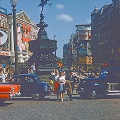 what a circus ! (Riex) Tags: road street rue ville town city place plaza roundabout rondpoint london londres angleterre england uk unitedkingdom royaumeuni diapo slide film kodachrome 1958 piccadillycircus