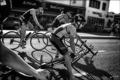 Mais les petites roues avaient été  intentionnellement retirées.... / They didn't  put training wheels on the bike deliberately! (vedebe) Tags: vélo sport sportifs ville city rue street urbain urban triathlon course noiretblanc netb nb bw monochrome marseille mer merméditerranée plage