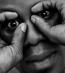 _DSC1695 Portrait (Le To) Tags: nikond5000 noiretblanc nerosubianco bw monochrome portrait ritratto yeux doigts visage