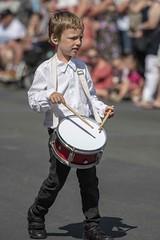 talent précoce (Patrick Doreau) Tags: enfant child garçon boy tambour instrument musique défilé bretagne brittany drum music