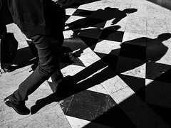 shadows on shapes (Francisco (PortoPortugal)) Tags: 1392019 20190611fpbo9561edit monochrome monocromático pretoebranco blackandwhite bw nb pb pessoas people shadows sombras padrões shapes rua street