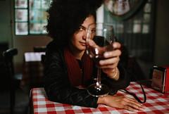 Malu, retrato fracturado. (Adolfo Rozenfeld) Tags: bokeh portrait restaurant café toast dof copa mcmir24n naturallight fotógrafa vino luznatural fotógrafo buenosaires vintagelens manuallens retrato wine sovietlens bar brindis