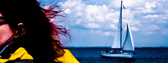 Sailing (Art de Lux) Tags: balticsea germany deutschland segeln sailing boot boat wasser water himmel sky wolken clouds personen menschen people rotharig redhaired farbe color colour blau blue rot red gelb yellow artdelux ostsee wind
