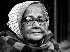 Kolkata - Old woman bw (sharko333) Tags: travel reise voyage asia asien india indien people portrait woman street glasses bw olympus em1