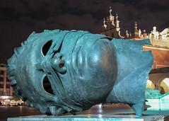 2011/09/13 23h29 Igor Mitoraj, «Eros bendato», place du Marché central (Cracovie) (Valéry Hugotte) Tags: canon550d cracovie erosbendato igormitoraj mitoraj poland pologne canon eau placedumarchécentral sculpture tête érosbendato