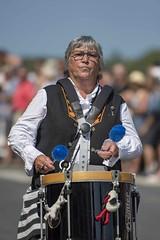 la musique, c'est du sérieux ! (Patrick Doreau) Tags: musicien music musique tambour drum défilé woman femme bretagne breizh brittany