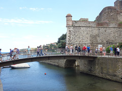 Collioure (Kaeko) Tags: trip travel vacation holiday france town europe resort collioure bridge people castle