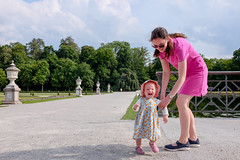 Molly and Jodie (timnutt) Tags: molly fun parent germany city fujifilm garden x100 munchen laughter toddler fuji bavaria park formalgarden x100t munich countrypark