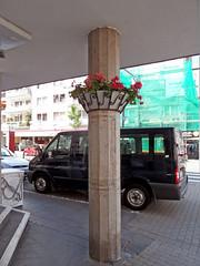 Koblenz - Stadtgrün (onnola) Tags: koblenz rheinlandpfalz deutschland germany rhinelandpalatinate südstadt südlichevorstadt strase street auto car säule column blumentopf strasengrün geranie dach