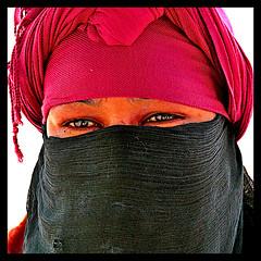 Woman Portrait (Eyes) (jose_miguel) Tags: jose miguel españa spain espagne panasoniclumixfz50 marruecos maroc morocco marrakesh marrakech marraquech mujer woman femme portrait retrato ojos eyes yeux color colour contraste contrast rojo red rouge negro black noir robado candidshot