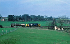 And in a very rural location.....6D99 37330 (D6828) Jupiter SO Hull Saltend-Immingham New Barnetby 13-04-1996 (the.chair) Tags: 6d99 37330 hull saltendimmingham via doncaster new barnetby apl 1996