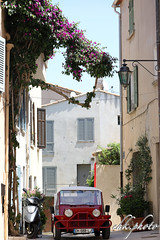 Narrow alley in Saint Tropez (chk.photo) Tags: landschaft outdoor landscape light art sainttropez auto architektur frankreich france coted'azur oldtimer car architecture flickrtravellaward flickr