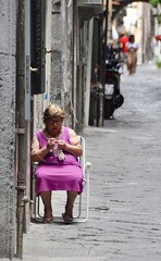 Uncinetto (casa.m) Tags: signora lady crochet spaccanapoli napoli naples people sit sitting seated