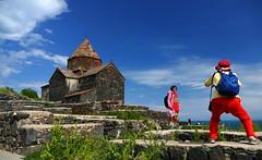 Cazador cazado (alfonsocarlospalencia) Tags: armenia monasterio sevan lago fotógrafas pose agua azul piedras nubes paraíso hospitalidad espiritualidad verde homenaje paz naturaleza belleza encuadre luz composición rojo