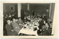 . (Kaïopai°) Tags: vintage damen frauen femmes women cafeklatsch cafetisch treff treffen kommunikation gespräch talk table reserviertheit säule zimmer room handtasche badpyrmont 1957 1950er