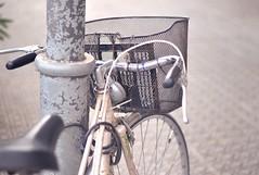 Una bicicleta con cesta (angd1981) Tags: bicicleta bicycle bike verano summer nikon 50mm lvm escueladejackie