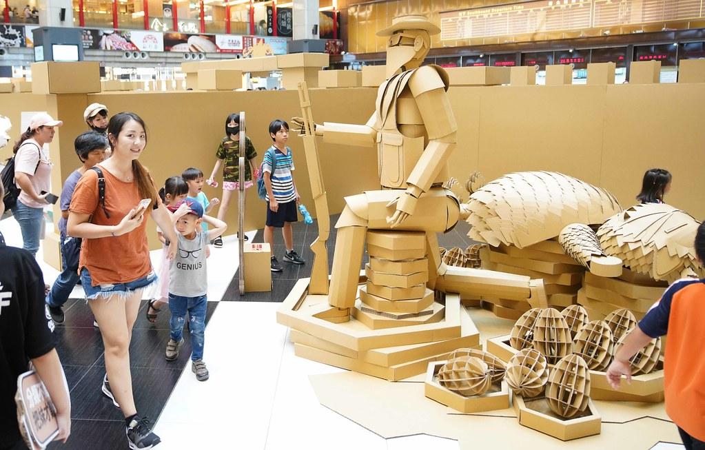 亞洲大學學生製作巨大獵人「守護」森林山神作品別有巧思,吸引民眾欣賞及拍照