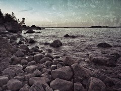 Intermission (Stefano Rugolo) Tags: stefanorugolo snapseed mobilephotography landscape seascape sweden huaweip20pro mobilephonephotography pebbles rocks coastline horizon depth twilight evening balticsea archipelago sky water island clouds sverige hälsingland vintage grunge