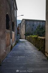 El carrer Juvinyà (SantiMB.Photos) Tags: 2blog 2tumblr 2ig santjoanlesfonts garrotxa girona invierno winter calle street castillo castle geo:lat=4221167600 geo:lon=250774000 geotagged cataluna españa