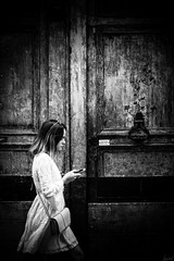 In love. (LACPIXEL) Tags: inlove love amour amor femme mujer woman rue street calle callejera porte door puerta cœur corazón heart noiretblanc blackwhite blancoynegro paris marcher andar walking walk sony sonyalpha flickr lacpixel