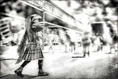 L'homme au kilt-The man with the kilt (Des.Nam) Tags: nb noiretblanc noirblanc monochrome mono bw blackwhite kilt street streetphotographie fuji fujinon fujifilmxpro1 xprostreet xpro1 desnam photoderue texture textured flou photofloue 1024mmf4 man corsaire chapeau tricorne pirate