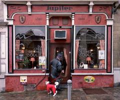 du côté de chez Boule (_wysiwyg_) Tags: candid streetphotography streetlife streetshot scènederue café bar belgique binche chien façade front client dogonesies people oldpeople elderly