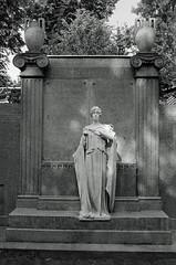 Berlin Friedhof Engel 19.6.2019 (rieblinga) Tags: berlin friedhof grab engel figur kaiser wilhelm gedächtnisfriedhof 1962019 analog r9 agfa apx 100 adox rodinal 150 sw