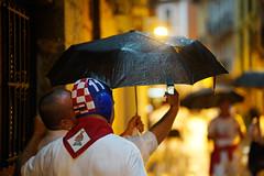 (Ibon M.) Tags: hat rain umbrella lluvia pluie croatia paraguas euria croacia pamplona navarra selfie sanfermin iruña nafarroa sanfermines iruñea jarauta aterkia sanferminas zeiss 18 85 batis waterpolo hrvatska