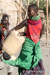 Turkana woman carrying water container (10b travelling / Carsten ten Brink) Tags: africa kenya african east afrika kenia africain afrique eastafrica africaine ostafrika 2019 carstentenbrink iptcbasic 10btravelling kenyan woman village container tribe youngwoman carrying jerrycan turkana laketurkana waterdrum ethnicgroup loiyangalani icarry loyangalani