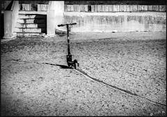 Une miraculée du Vieux port... / A survivor of  Marseille vieux port (vedebe) Tags: ville city rue street urbain urban merméditerranée mer plage sable ombres ombre escaliers noiretblanc netb nb bw monochrome marseille société beaches trottinette