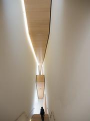 SFMoma (5): Downstairs (Teelicht) Tags: california kalifornien museum nordamerika northamerica sfmoma sanfrancisco sanfranciscomuseumofmodernart treppe usa unitedstatesofamerica vereinigtestaaten staircase stairs museumofmodernart kunstmuseum